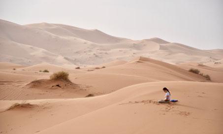Vanuit onze behoefte te bezinnen, het hectische leven stil te laten vallen, en onze eigen stem diep van binnen weer te (laten) horen gaan we wederom 5 dagen in stilte lopen door de eindeloze leegte van de woestijn. We volgen onze adem en het ritme van de Sahara.