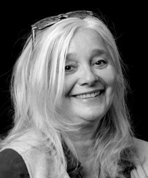 Barbara Gerlach|Barbara Gerlach (64) is in HET BONTE HUIS bezig aan haar laatste carrière, zoals ze dat zelf zegt. Doordat Barbara pro-actief en spontaan reageert op de dingen die op haar pad komen, heeft ze al verschillende carrières gehad. Of dit echt haar laatste is, valt nog te bezien, want het kriebelt...