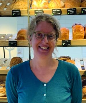 Maria Maris is jobcoach bij Fermento/Scorlewald. Een brood- en banketbakkerij aan de Kennemerstraatweg in Alkmaar die dagbesteding biedt aan mensen met een verstandelijke beperking.