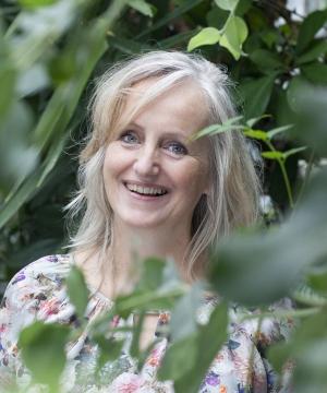 Marijke de Vries|Marijke de Vries is beeldend kunstzinnig therapeut. Ze heeft haar eigen praktijk voor kunstzinnige therapie in Haarlem en daarnaast werkt ze in de psychiatrie als vaktherapeut/behandelaar.