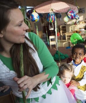 Sarah Box|Sarah Box studeerde filosofie toen ze er tijdens een reis door India opeens achterkwam dat ze de lerarenopleiding wilde gaan doen. In het laatste jaar van haar studie begon ze tegelijkertijd aan de Vrijeschool Pabo. Nu werkt ze als kleuterjuf op de Rudolf Steinerschool in Haarlem.
