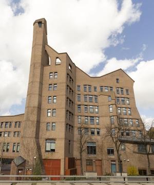 Antroposofische Architectuur|Rudolf Steiner zette zich net als andere architecten uit zijn tijd, af tegen de negentien eeuwse neostijlen. In zijn uitleg onderscheidt hij zich in de functie van het gebouw. Los van dat een gebouw de functie heeft, van bijvoorbeeld onderdak bieden, Zou het gebouw ook als opvoeder moeten dienen...