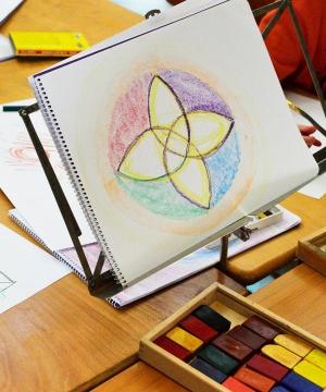 Het vrijeschool onderwijs|Op 7 september 1919 richtte Rudolf Steiner de eerste vrijeschool op. Steeds meer mensen gunnen hun kind(eren) deze vorm van onderwijs. Maar wat is het eigenlijk? Hoe ontstond het? En belangrijker nog, wat maakt het vrijeschoolonderwijs zo bijzonder?